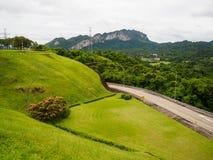Rasenfläche an Ratchaprapha-Verdammungs-Surat- Thaniprovinz, Thailand Lizenzfreie Stockbilder