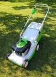 Rasenmäher auf dem Gras Lizenzfreies Stockbild