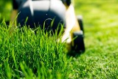Rasenmäher auf dem Gras Stockfotografie