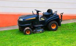 Rasenmäher auf dem Gras Lizenzfreie Stockfotografie