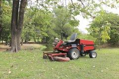 Rasenmäher auf Feld Stockfotografie