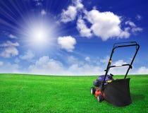 Rasenmäher, grünes Feld Stockfotos