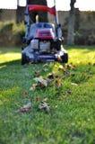 Rasenmäher am Herbst Lizenzfreie Stockfotos