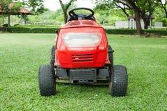 Rasenmäher und grünes Gras Stockfotografie