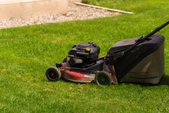 Rasenm?her schnitten Gras Gartenarbeits-Konzepthintergrund lizenzfreie stockfotografie