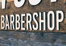 Raseur-coiffeur en bois moderne de signe images libres de droits