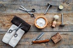 raseur-coiffeur ` Rasage et coupe de cheveux de s d'hommes Brosse, rasoir, mousse, sciccors sur la vue supérieure de fond en bois image libre de droits