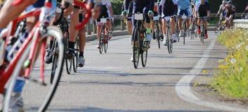 Rasfiets en professionele fietsers tijdens het het cirkelen ras op t royalty-vrije stock foto's