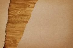 Rasgado recicl o papel no fundo de madeira Imagens de Stock Royalty Free
