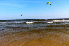 Rasgadura para arriba de las ondas kitesurfing en ne Vietnam del mui Imagen de archivo libre de regalías