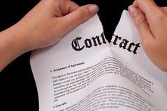 Rasgando o contrato Imagens de Stock