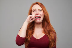 Rasgones gritadores decepcionados de los trapos de la mujer Foto de archivo libre de regalías
