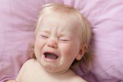 Rasgones gritadores del pequeño bebé del retrato emocionalmente Imagen de archivo