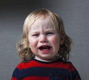 Rasgones gritadores del pequeño bebé del retrato emocionalmente Foto de archivo libre de regalías