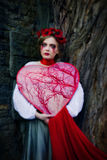 Rasgones sangrientos gritadores de la muchacha rubia joven en el cementerio Fotos de archivo libres de regalías