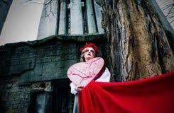 Rasgones sangrientos gritadores de la muchacha rubia joven en el cementerio Imagen de archivo