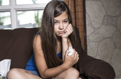 Rasgones tristes de la muchacha con el tejido Foto de archivo libre de regalías