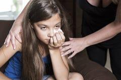 Rasgones tristes de la muchacha con el tejido Imagen de archivo