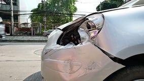 rasguño del coche 4K en el parachoques delantero del accidente con las luces de emergencia que destellan almacen de video