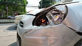 rasguño del coche 4K en el parachoques delantero del accidente de carretera metrajes