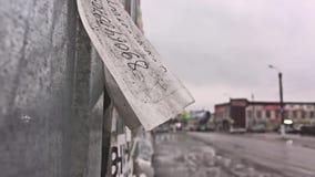 Rasgue apagado el aviso de papel de los anuncios del papel de empapelar en ciudad del coche del camino de la pared que va metrajes