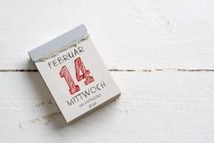 Rasgue el calendario con el 14 de febrero en alemán en el top Foto de archivo
