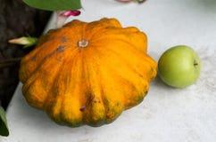 Rasgue las calabazas y las frutas del otoño en la tabla de madera Fotografía de archivo libre de regalías