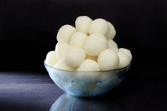 Rasgulla - een Indisch die snoepje van khoya wordt gemaakt, zacht en sponzig Royalty-vrije Stock Fotografie