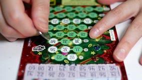 Rasguño del boleto de lotería almacen de metraje de vídeo