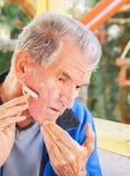 Rasieren des älteren Mannes lizenzfreie stockfotografie