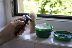 Rasieren des Ausrüstungsrasiermessers, der Bürste und der Bartseife auf einer Wanne Stockfotografie
