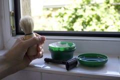Rasieren des Ausrüstungsrasiermessers, der Bürste und der Bartseife auf einer Wanne Stockfoto