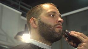 Rasieren des Bartes des Mannes im Friseursalon stock video