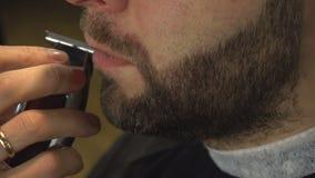Rasieren des Bartes des Mannes im Friseursalon stock footage