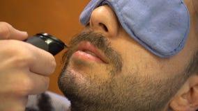Rasieren des Bartes in einem im altem Stil Friseursalon stock video
