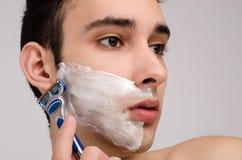 Rasieren des Bartes mit einem Rasiermesser. Stockbilder