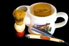 Rasieren des Bechers, des geraden Rasiermessers und des Pinsels Lizenzfreie Stockfotos