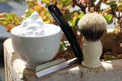 Rasieren von Rasiermessern, von Bürste und von Schüssel mit Schaum Stockbild