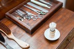 Rasierpinsel und Satz Friseurwerkzeuge im Salon stockfotografie
