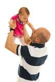 Rasing de babymeisje van de vader Royalty-vrije Stock Foto's
