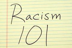 Rasism 101 på ett gult lagligt block Royaltyfri Bild