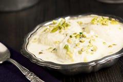 Rasmalai, uma sobremesa indiana com queijo de Paneer e leite doce Fotografia de Stock Royalty Free