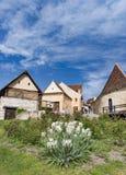 Rasnov,罗马尼亚- 2017年5月:Rasnov城堡内在countryard的春天视图,在布拉索夫县(罗马尼亚),有开花的白色的 库存图片