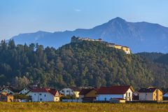 Rasnov fästning och Bucegi berg, Rumänien arkivbilder