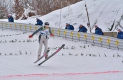 Rasnov, Romênia - 7 de fevereiro: A ligação em ponte de esqui desconhecida compete no FIS Ski Jumping World Cup Ladies o 7 de fev imagem de stock royalty free