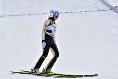 Rasnov, Romênia - 7 de fevereiro: A ligação em ponte de esqui desconhecida compete no FIS Ski Jumping World Cup Ladies o 7 de fev Fotografia de Stock Royalty Free