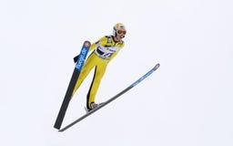 Rasnov, Romênia - 7 de fevereiro: A ligação em ponte de esqui desconhecida compete no FIS Ski Jumping World Cup Ladies imagens de stock royalty free