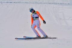 Rasnov, Rumänien - 7. Februar: Unbekannter Skispringer konkurriert im FIS Ski Jumping World Cup Ladys am 7. Februar 2015 in Rasno lizenzfreie stockbilder