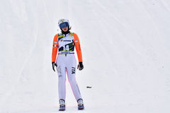 Rasnov Rumänien - Februari 7: Okända skidar förklädet konkurrerar i FISEN Ski Jumping World Cup Ladies på Februari 7, 2015 i Rasn Arkivbild