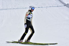 Rasnov Rumänien - Februari 7: Okända skidar förklädet konkurrerar i FISEN Ski Jumping World Cup Ladies på Februari 7, 2015 i Rasn royaltyfri fotografi